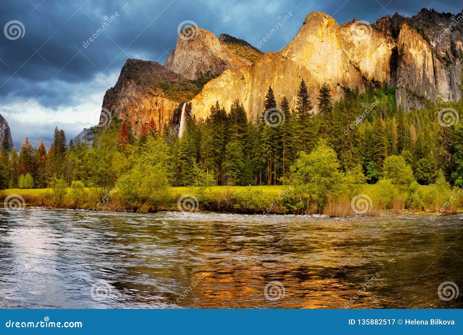 Quedas das montanhas do vale de Yosemite, parques nacionais dos E.U.