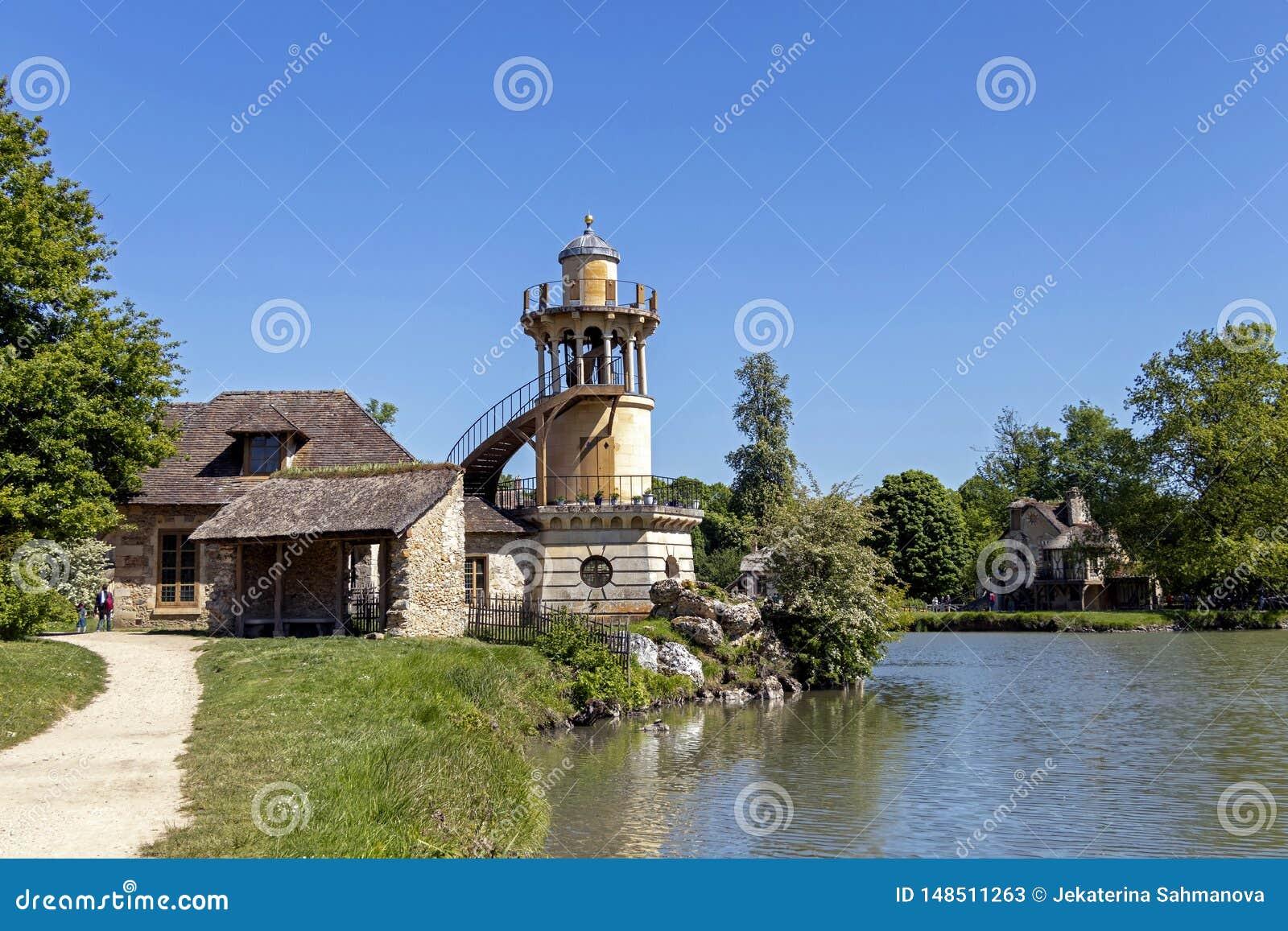 """Queenââ-'¬â """"¢s Hamlet, kleines Dorf um großen See an königlichem Palast Versailles nahe bei kleinem Trianon"""