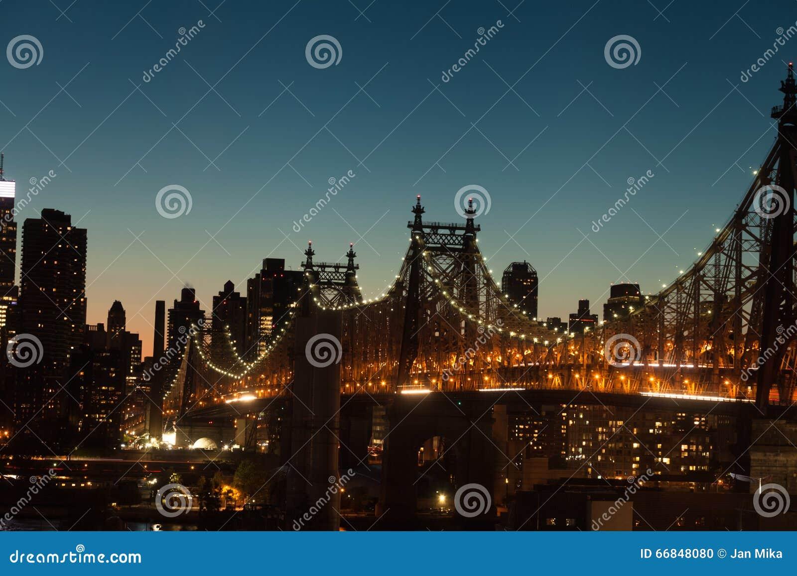 Queensborobrug bij schemering in de Stad van New York