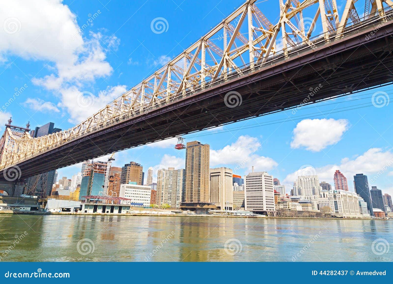 Queensborobrug en Roosevelt Island Tramway over de Rivier van het Oosten in de stad van New York