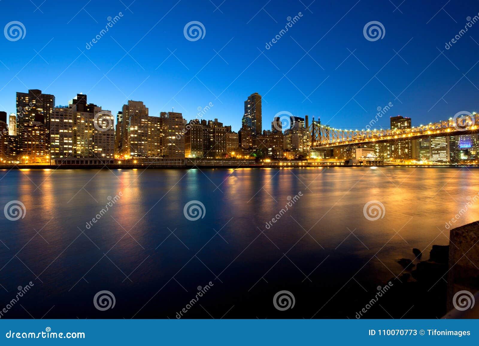 Queensborobrug over de Rivier van het Oosten in de Stad van New York bij nacht