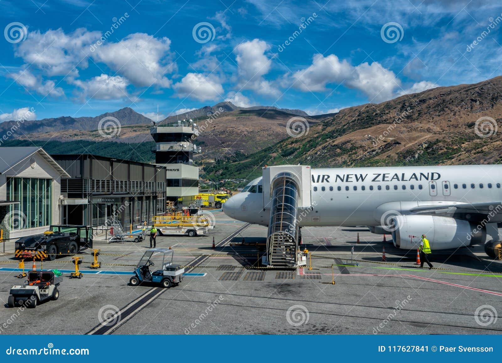 Queenstown, Nueva Zelanda - enero de 2018: Air New Zealand Airbus 320 que es preparado para el despegue