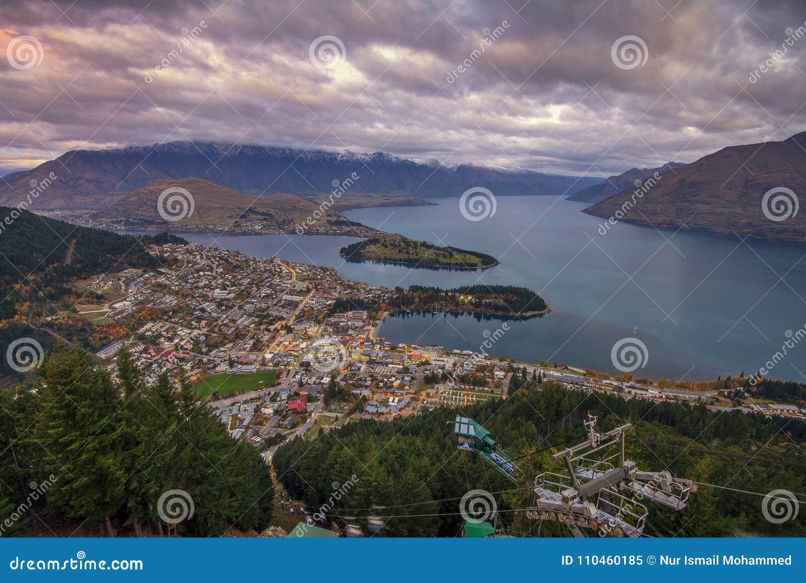 Queenstown Nya Zeeland - circa September 2016: Sikt av Queenstownen från horisontgondolen Queenstown