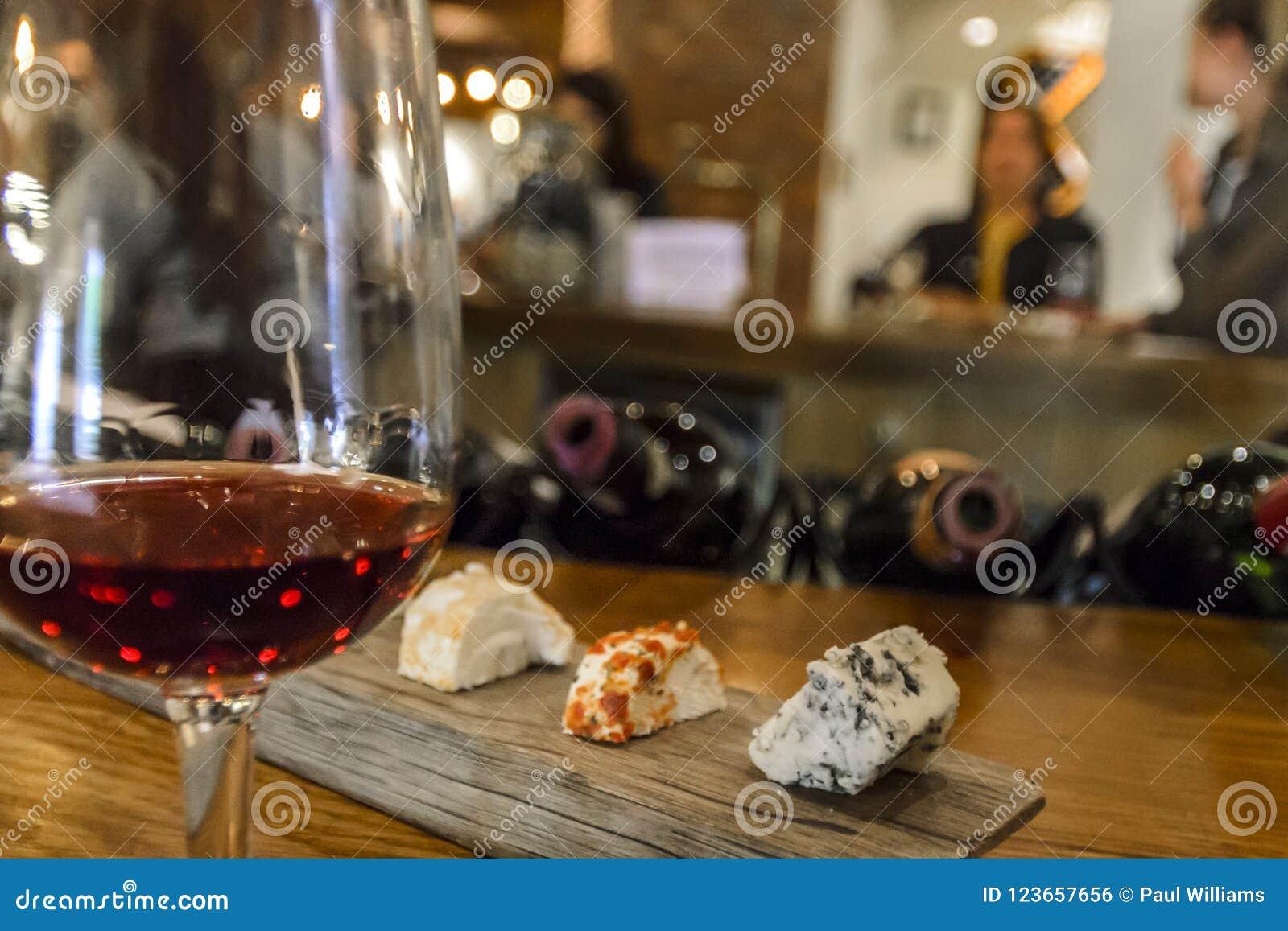 Queijo e degustação de vinhos com amigos