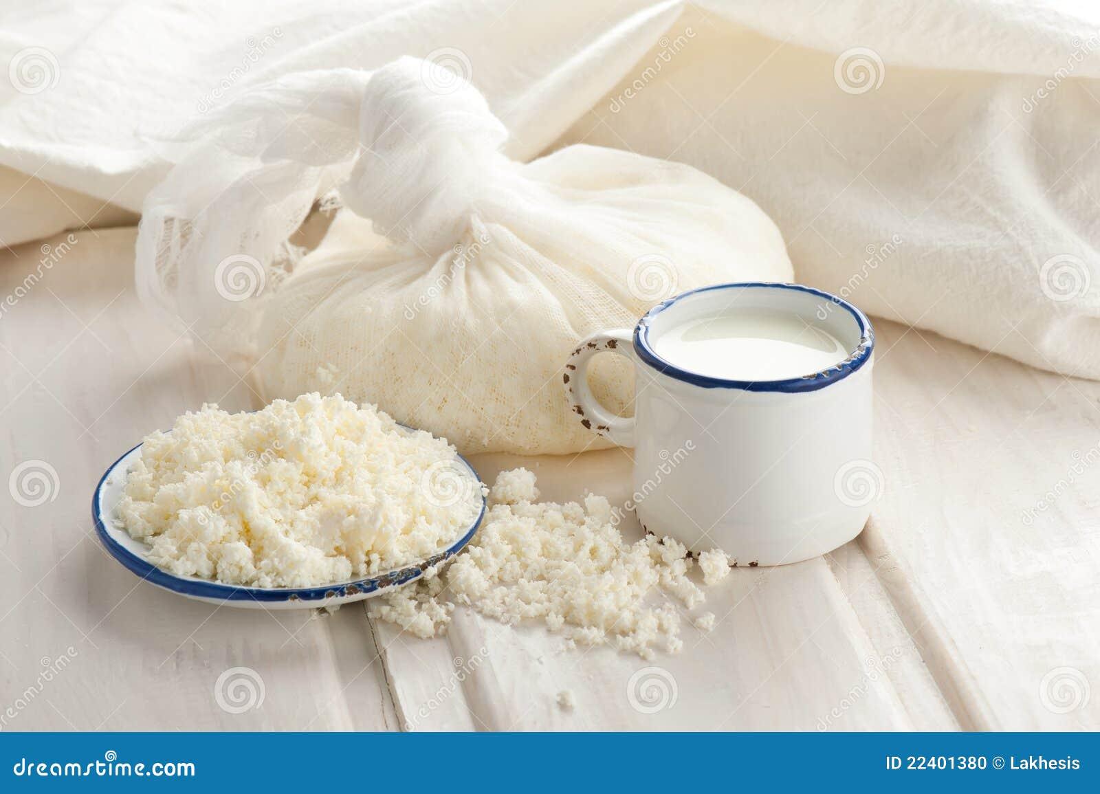 Queijo e leite de casa de campo para o pequeno almoço