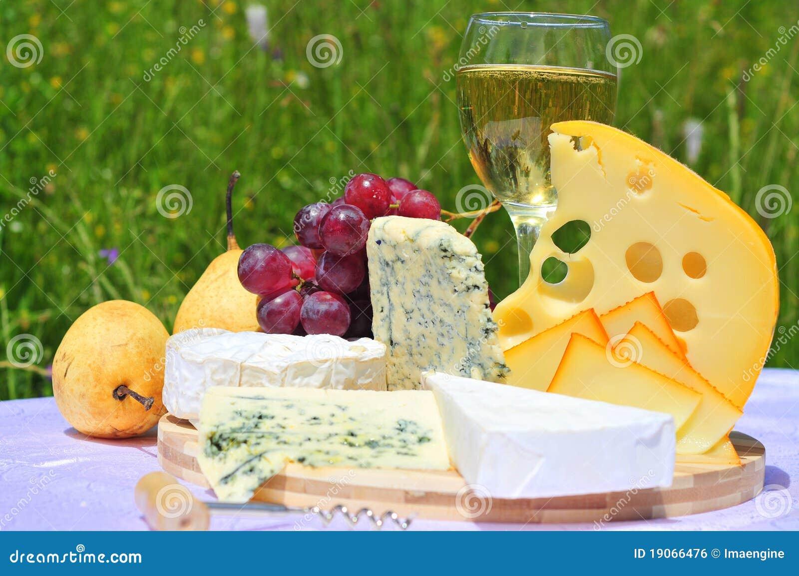 Queijo francês e suíço com frutas e vinho