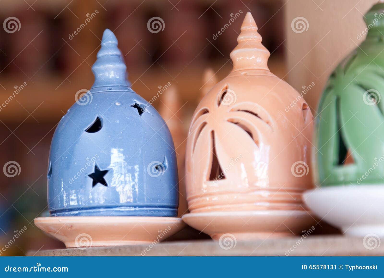 Queimador de incenso de Adobe no souk de Nizwa, Omã