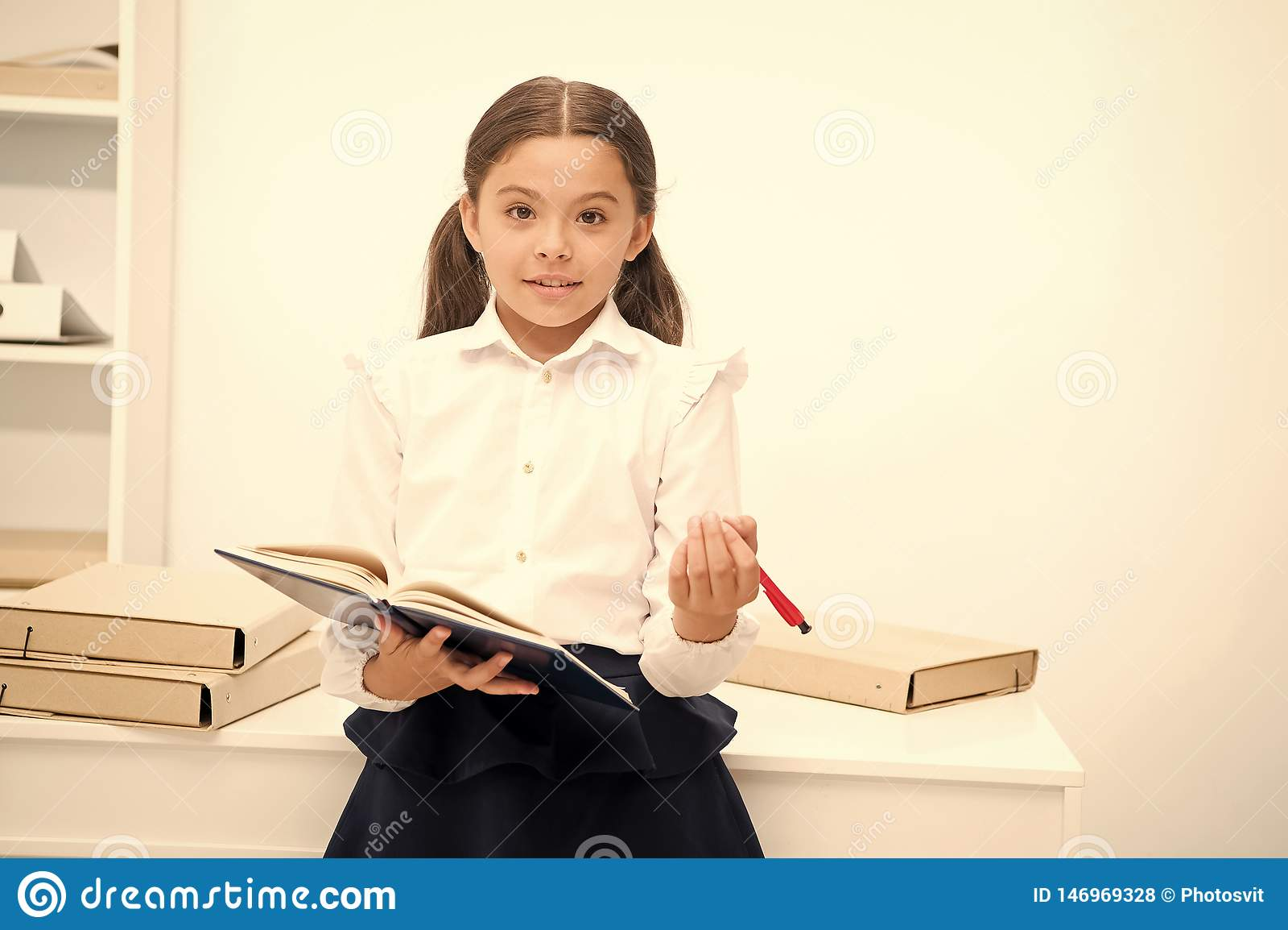 Queira aplicar o programa novo da escola A menina guarda a pena da almofada que procura volunt?rios O estudo da estudante inclui