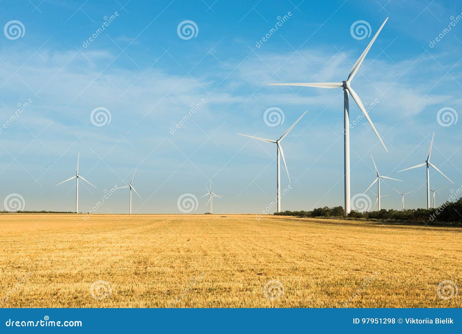 Quelle der alternativen Energie Wilde Mühle auf dem Gebiet mit blauem Himmel Energie und Energie