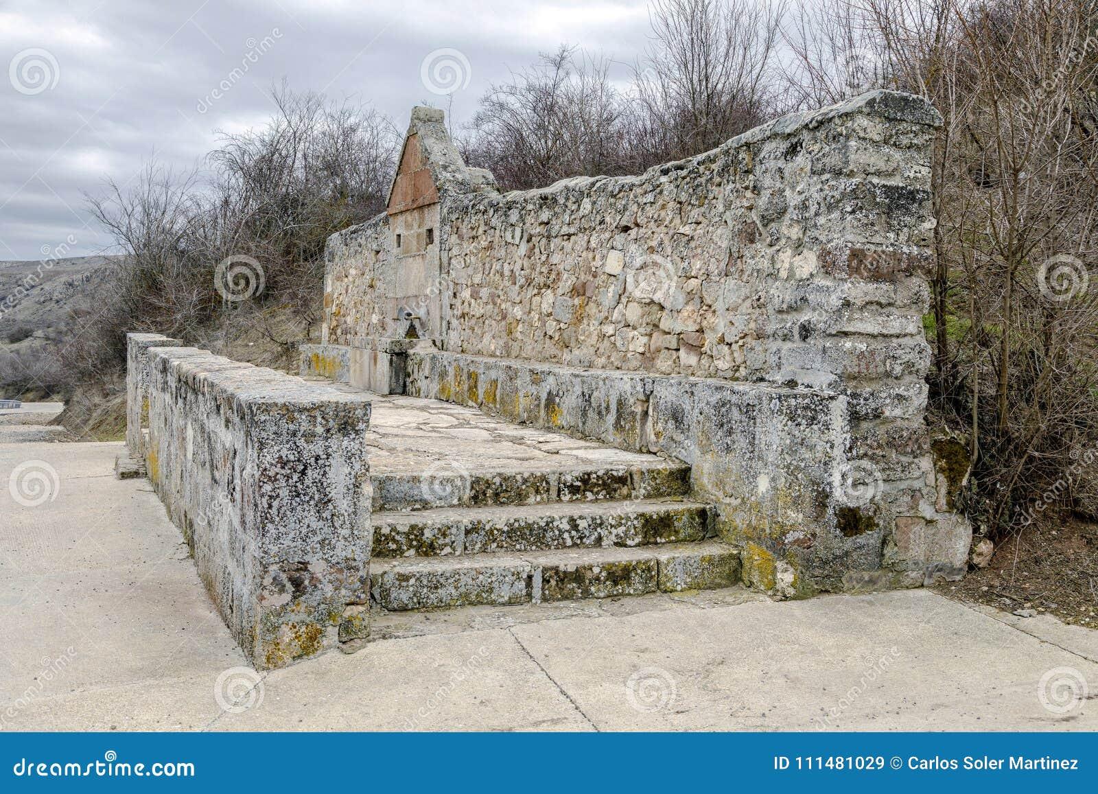 Quelle des allgemeinen trinkenden Wasserkanals in der barahona Landstraße Medinaceli Spanien