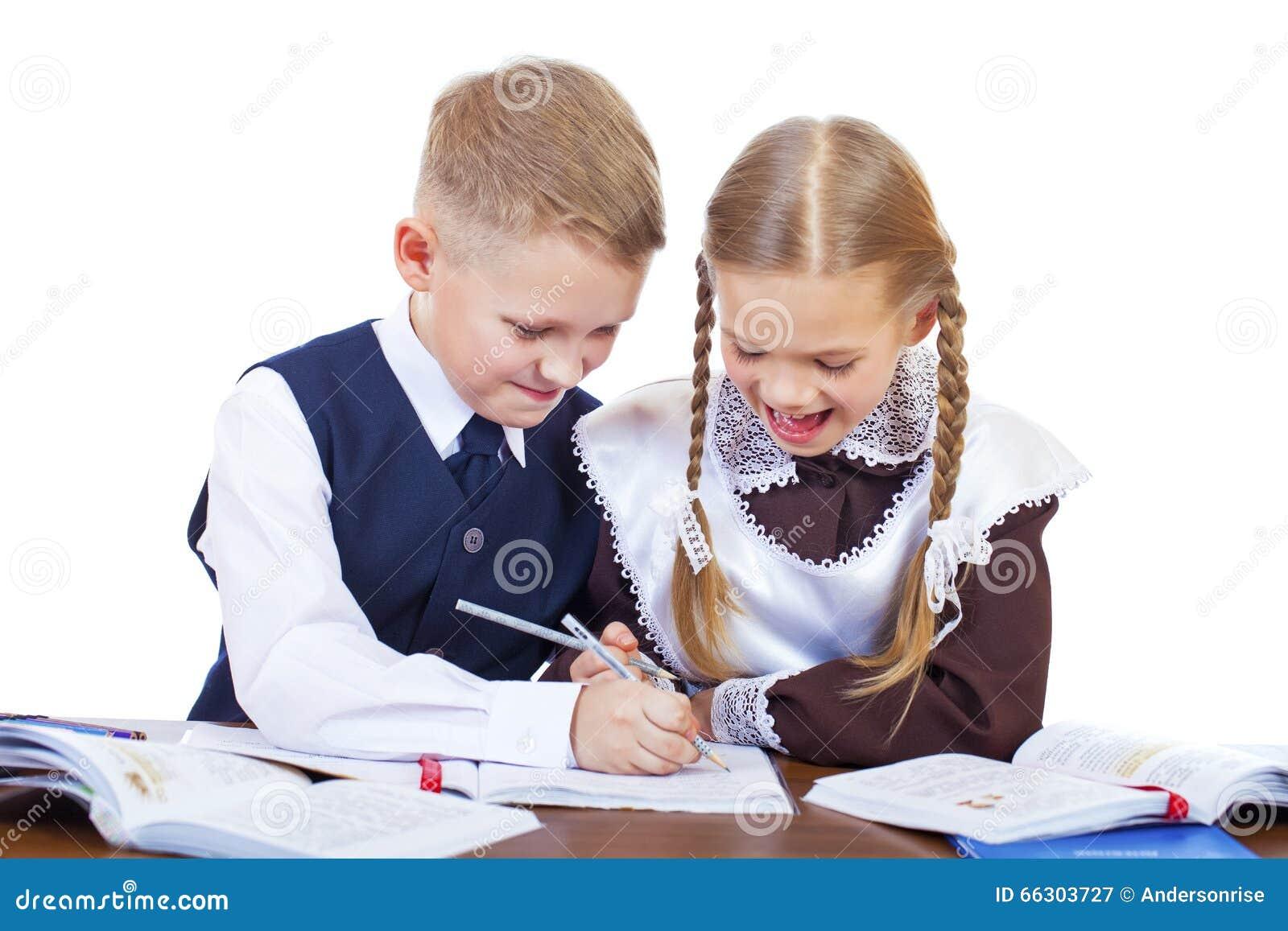 Quelques étudiants d école primaire s asseyent à un bureau image