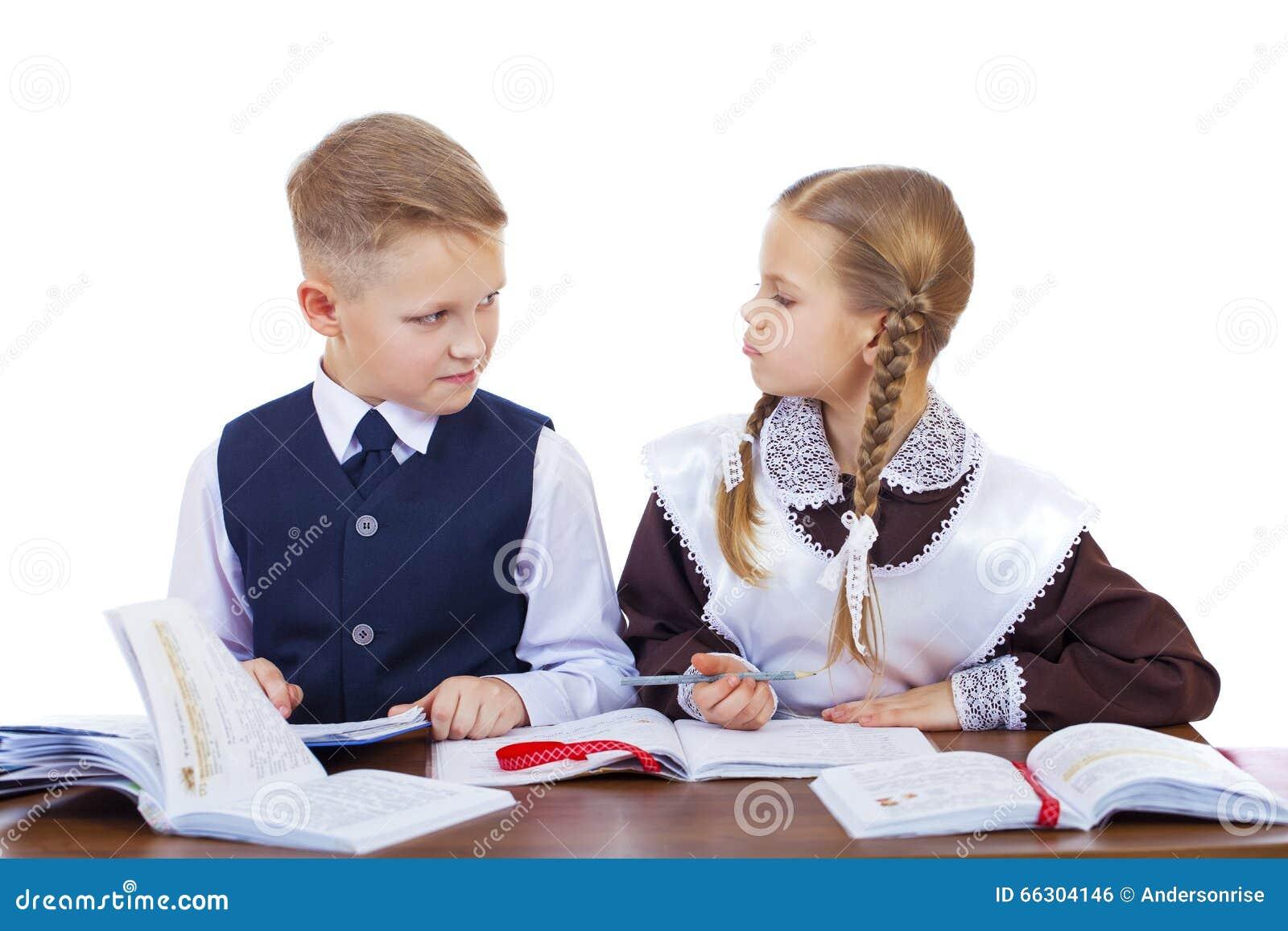 Quelques étudiants d école primaire s asseyent à un bureau photo