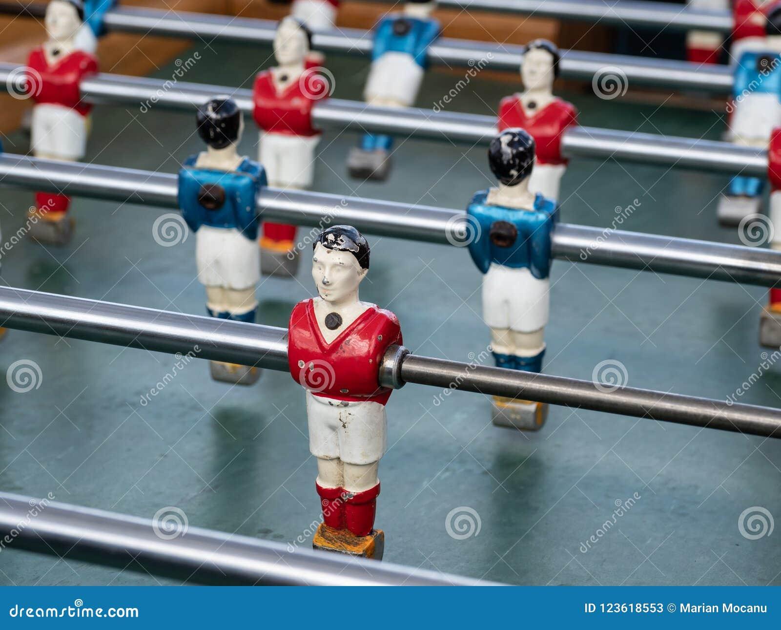 Quelques joueurs sur une mini table de partie de football dans la fin vers le haut de la vue
