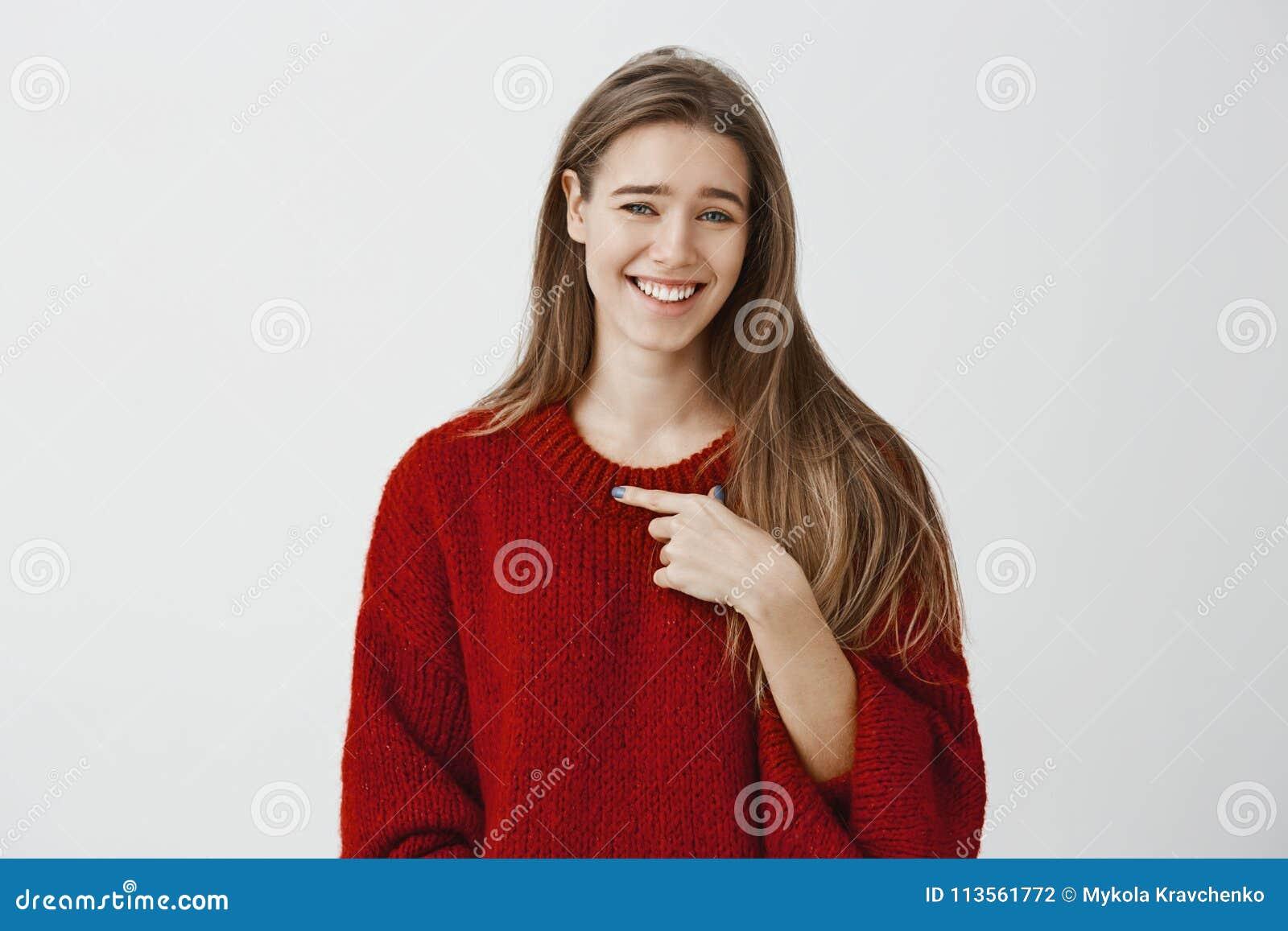 Quem eu, não me faz rir Retrato de disdaining mulheres europeias emotivas despreocupadas na camiseta fraca vermelha, apontando em