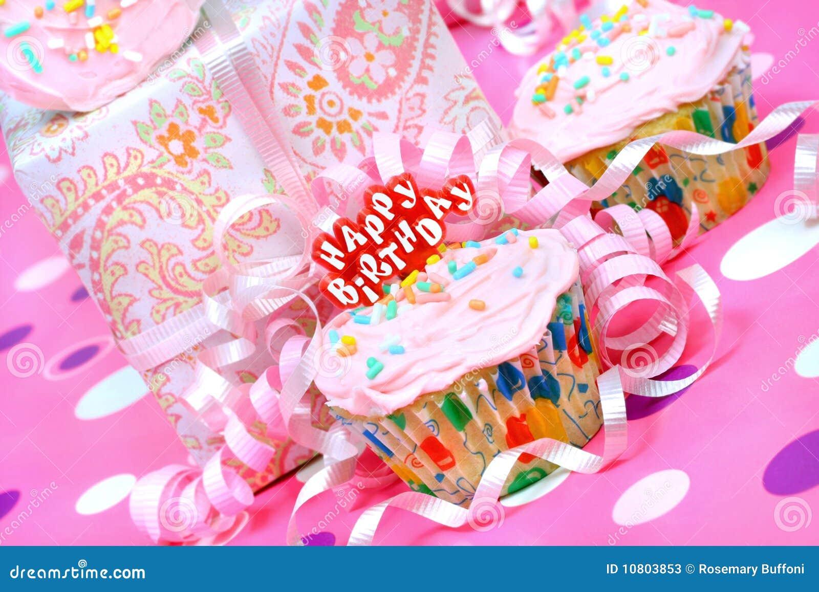 Queque cor-de-rosa da festa de anos com presente