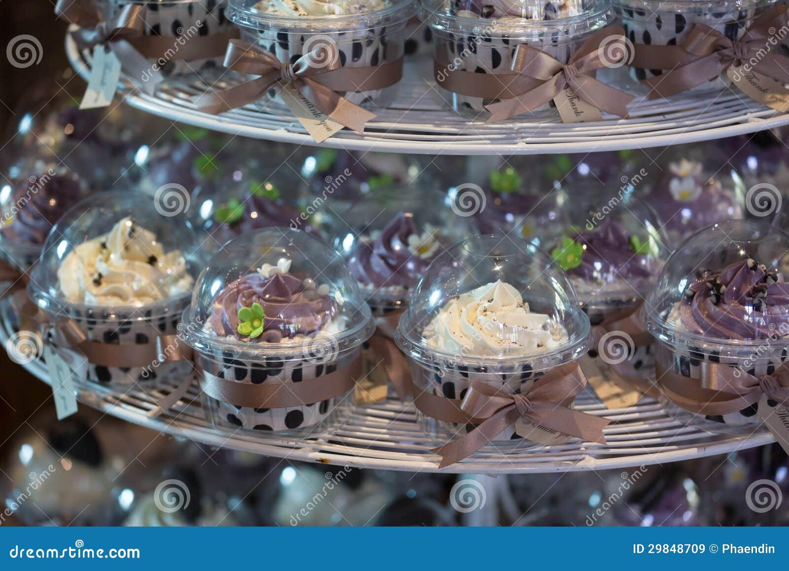 Queques coloridos no cakestand