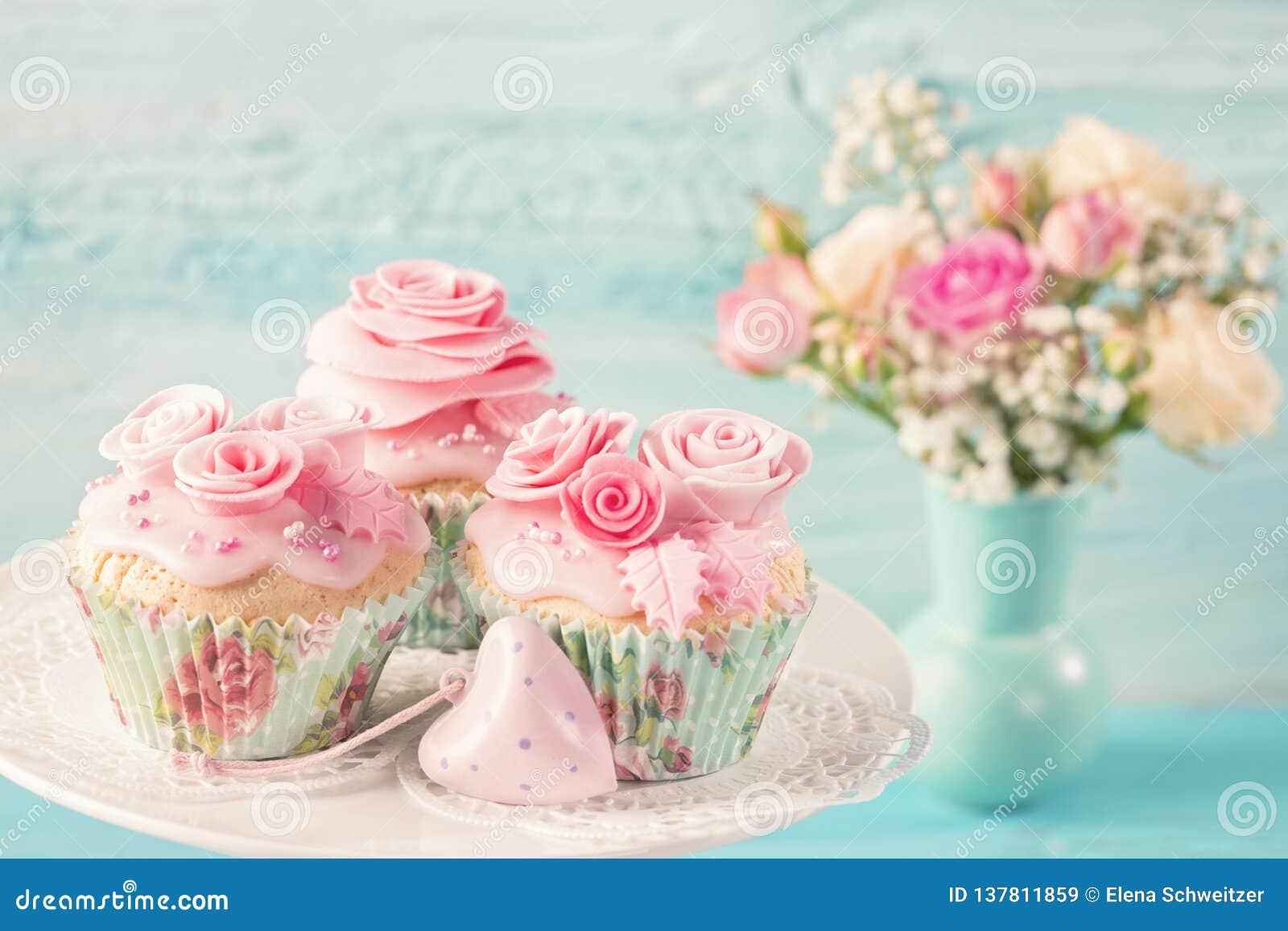 Queques com flores cor-de-rosa