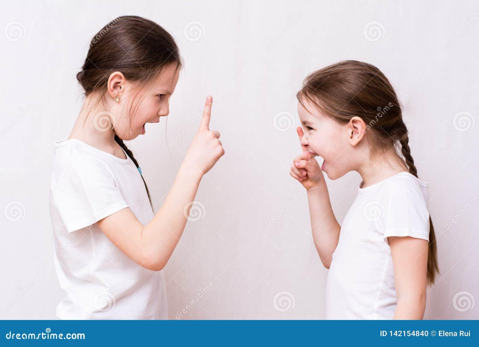 Querelle de deux soeurs de filles fortement les uns avec les autres
