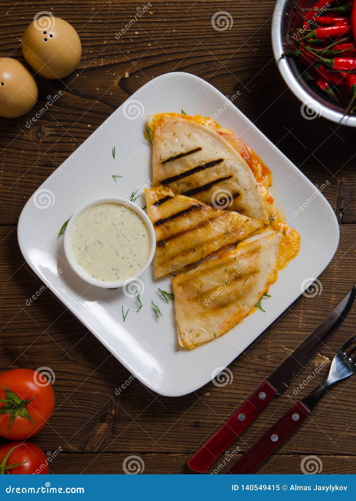 Quesadilla mexicain avec le poulet, le fromage et les poivrons