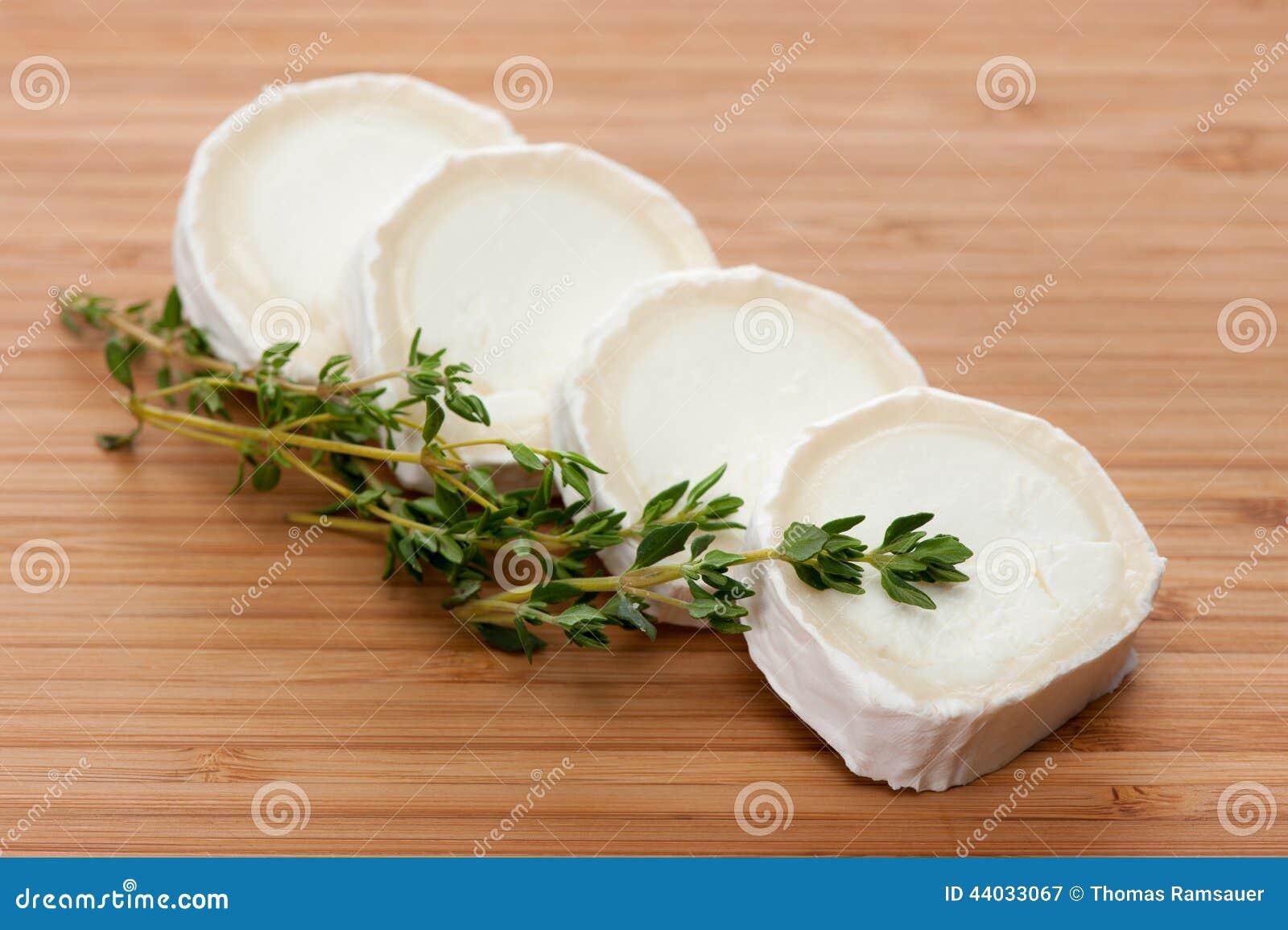Queso de cabra con tomillo en una tabla de cortar de - Queso de cabra y colesterol ...