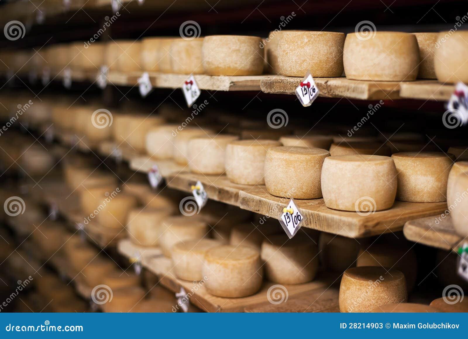Queso de la leche en estantes