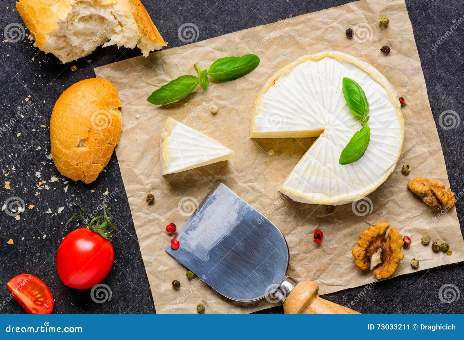 Queso del camembert con pan y el tomate