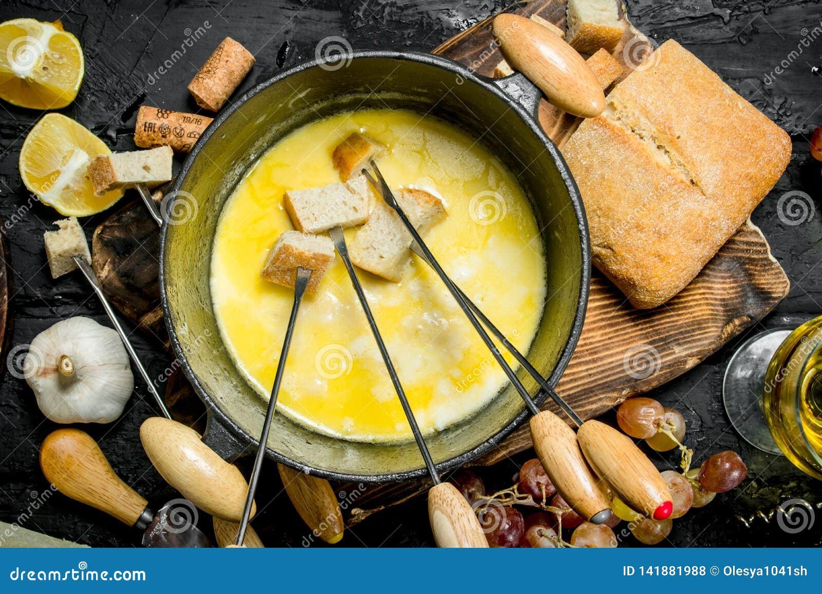 Queso delicioso de la  fondue  con el vino blanco
