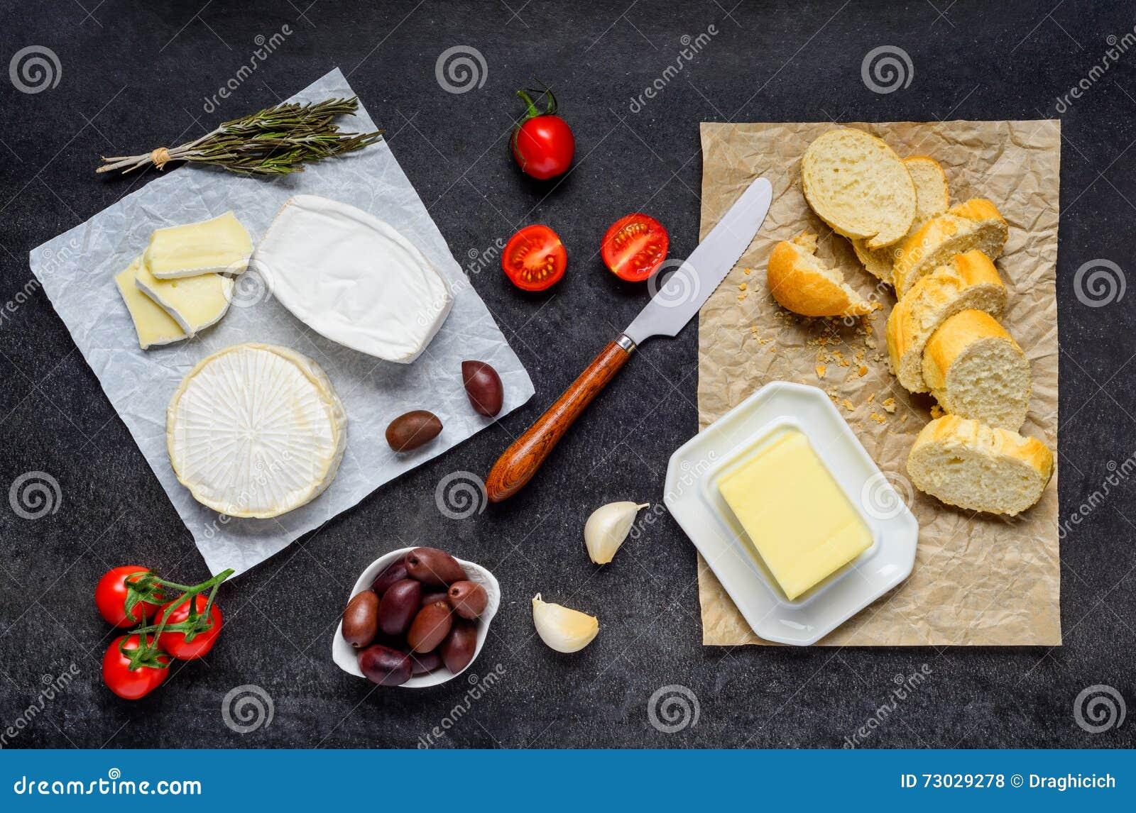 Queso, mantequilla y pan del camembert