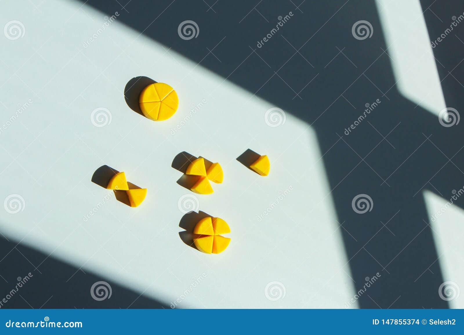 Quesos del juguete cortados en pedazos concepto de fracciones matem?ticas y partes de un conjunto