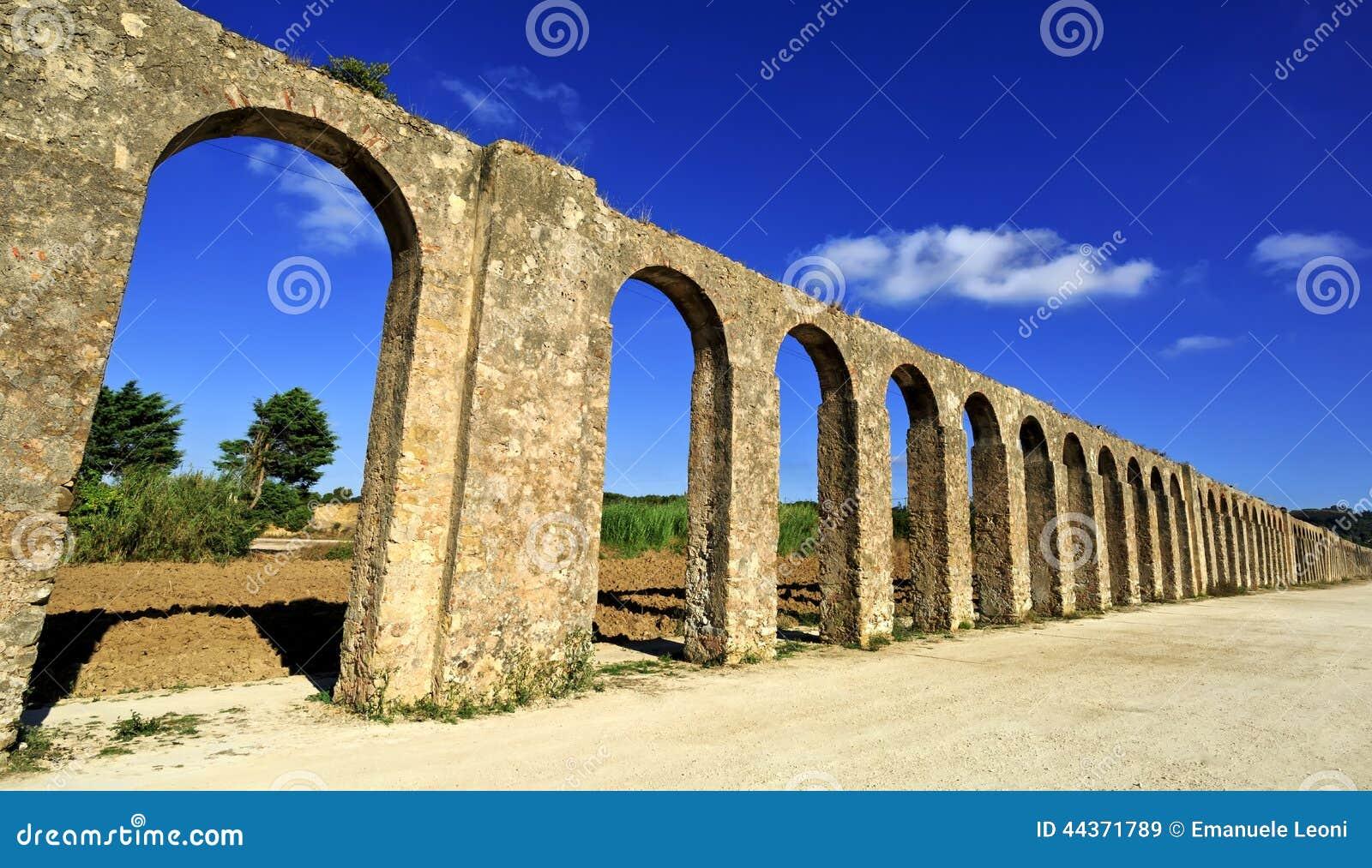 Questo aquedotto lungo 3km è stato costruito nello XVI secolo in Obidos in Estremadura Portugual