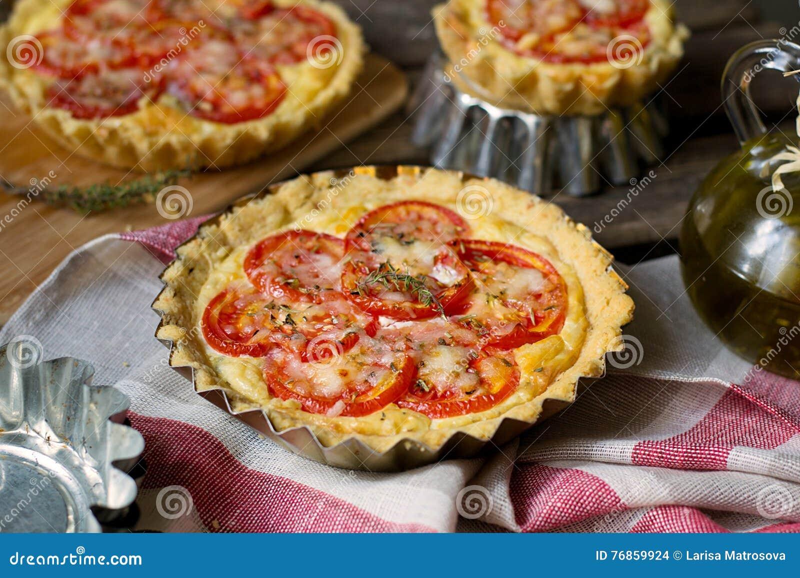 Quiche française de tarte salée avec le fromage blanc et les tomates