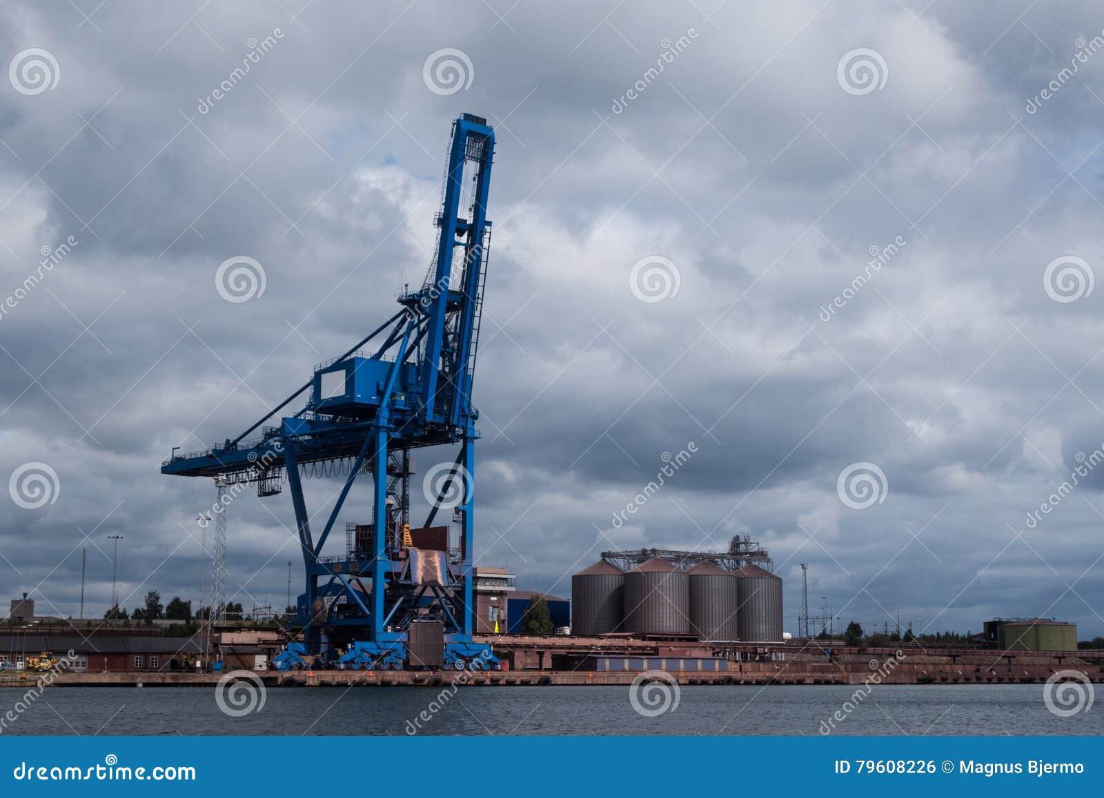 Quietude da posição do guindaste do porto sob o céu nebuloso