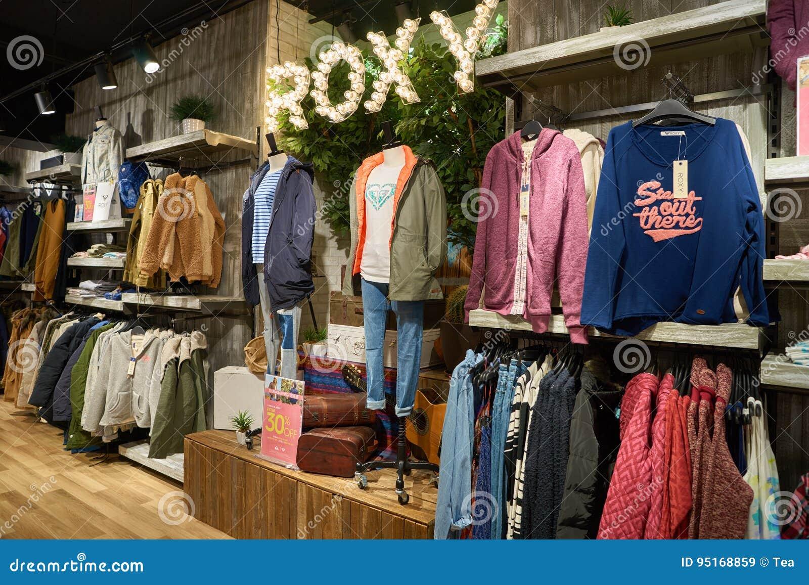 op voet schoten van nieuwe levensstijl hele collectie Quiksilver editorial stock image. Image of retail, shop ...