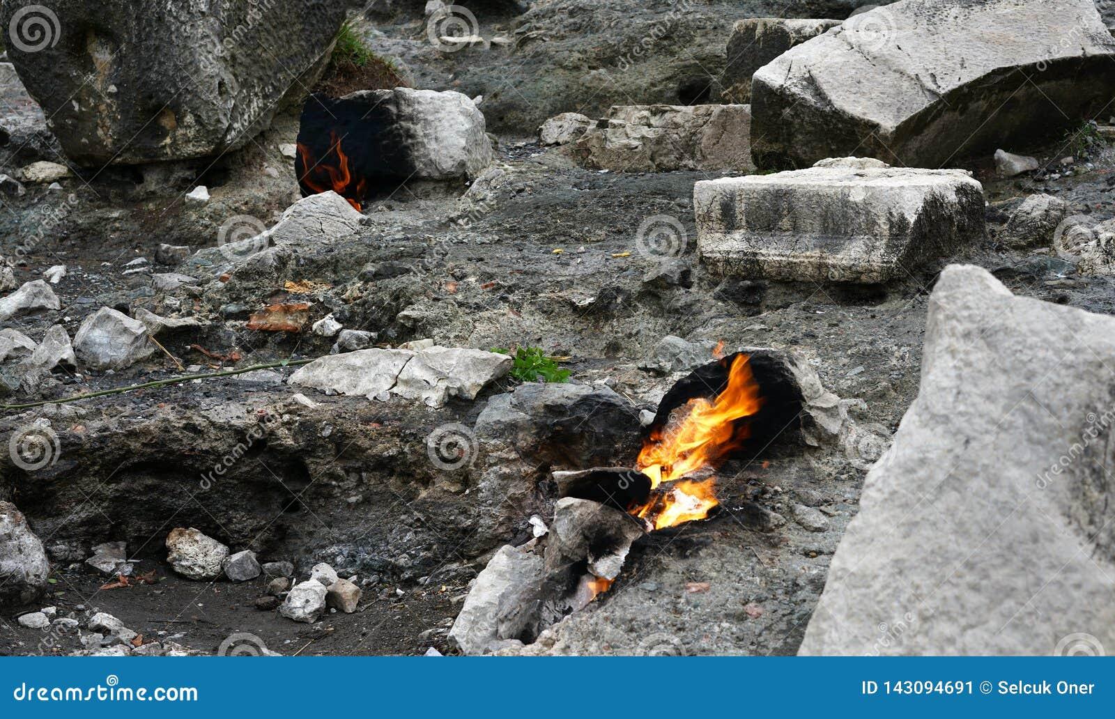 A quimera, rochas ardentes é ot notável do ponto a fuga da maneira de Lycian perto de Cirali, Antaly