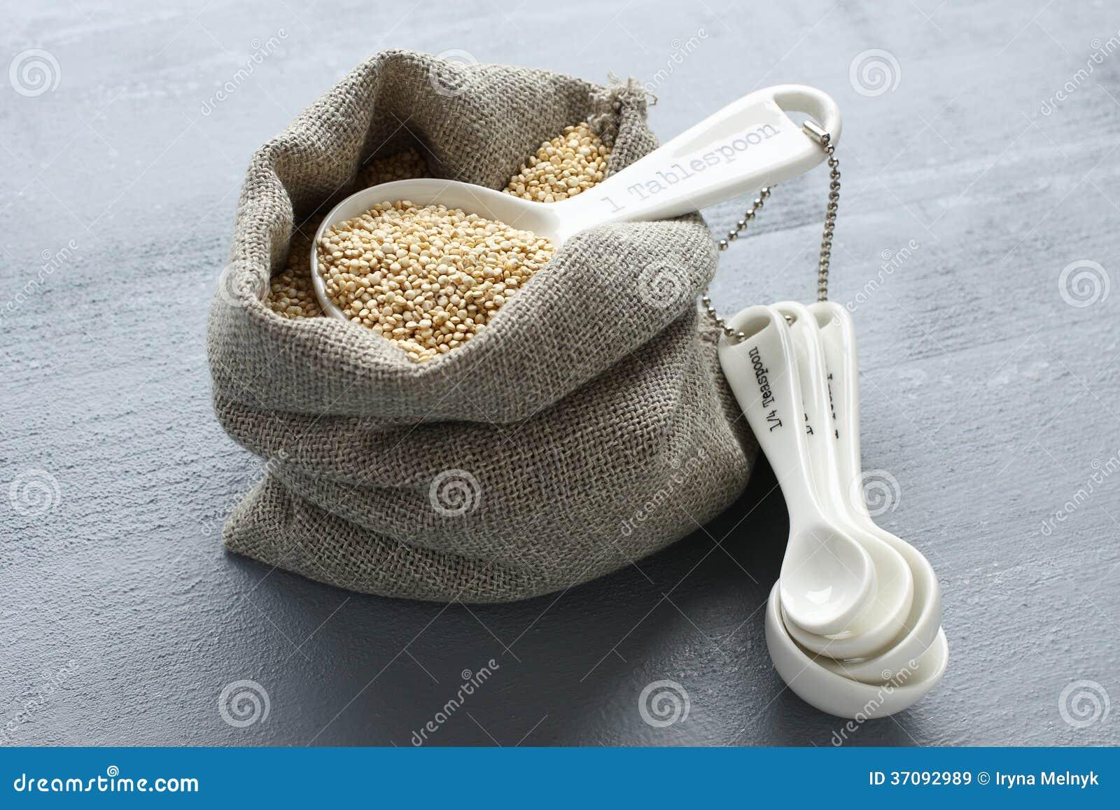 Download Quinoa Adra W Małym Burlap Worku I Porcelan Pomiarowych łyżkach Obraz Stock - Obraz złożonej z kulinarny, łasowanie: 37092989