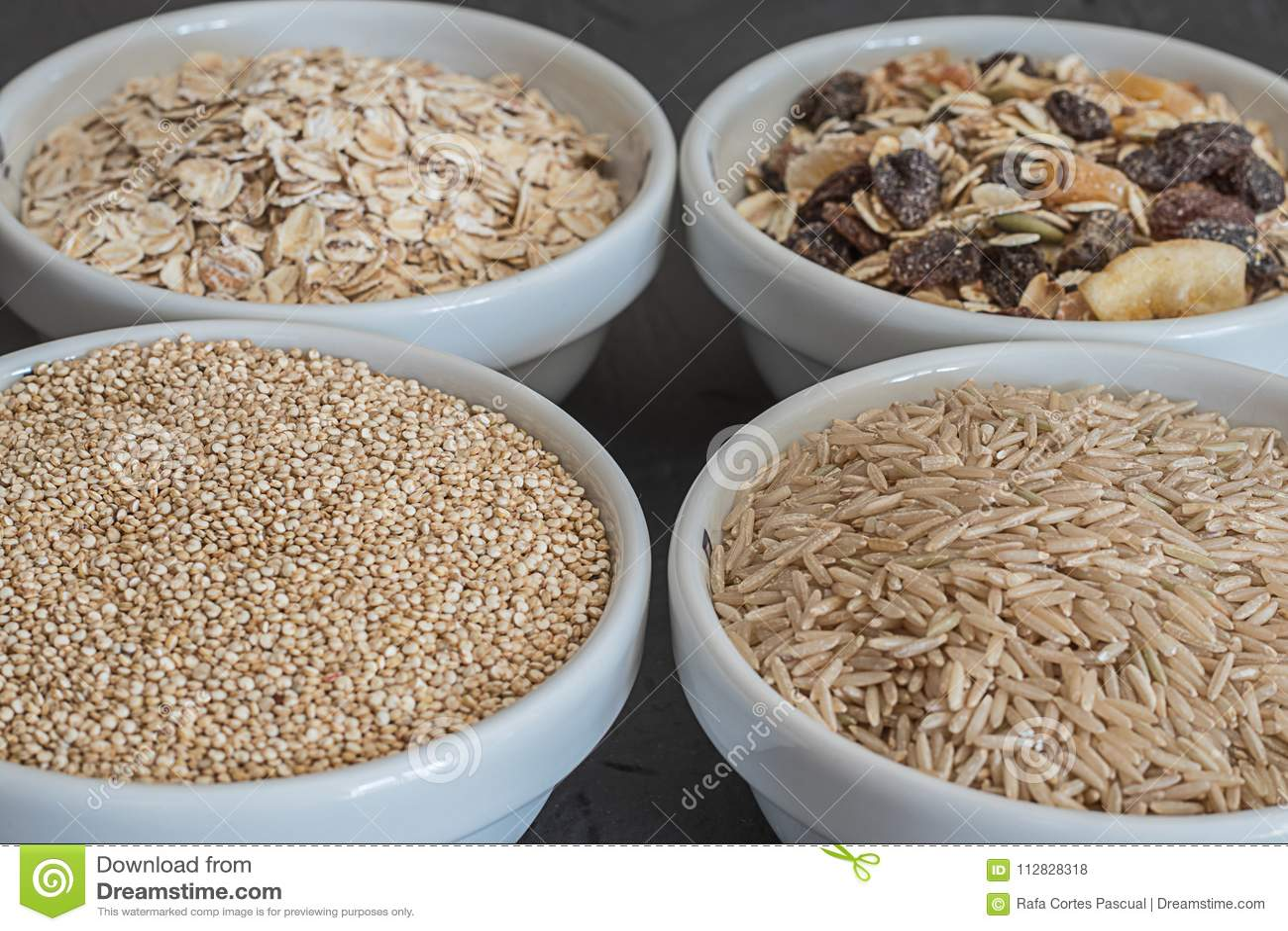 Quinoa, riso sbramato ed avena Interi cereali sani del grano Concetto dell alimento del Vegan