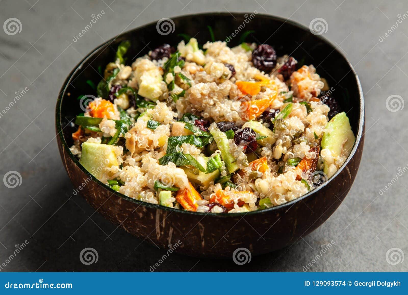 Quinoa salade in een kom