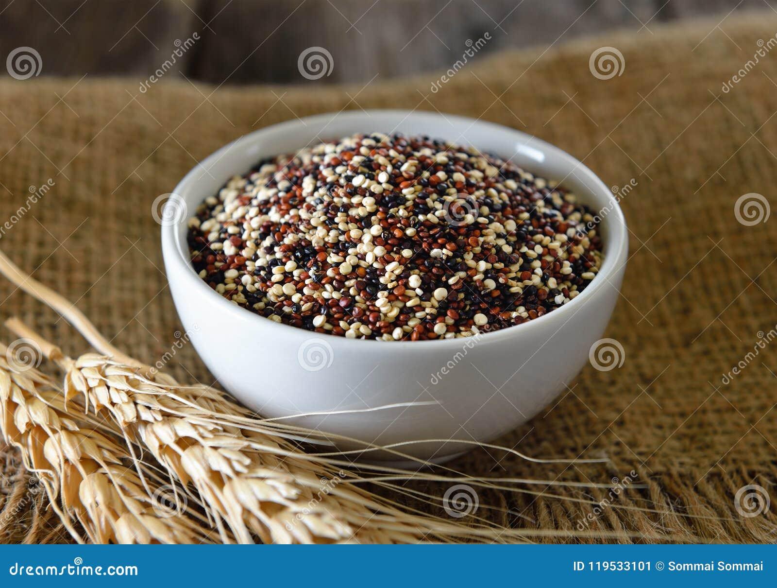Quinoa zaden in kom op hout