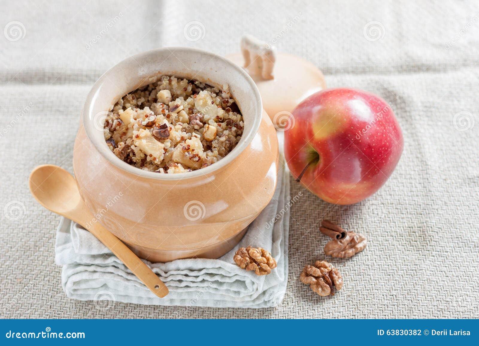 Quinoahavregröt med äpplen och valnötter