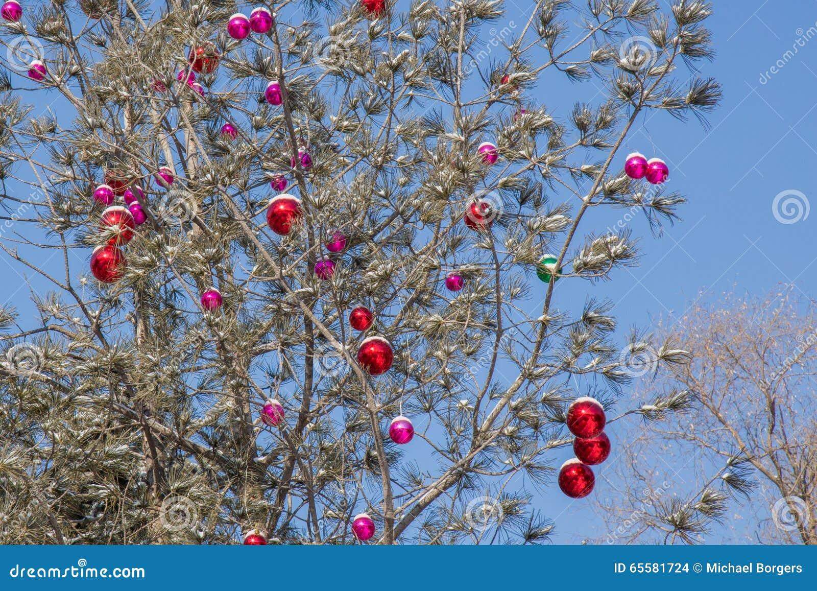 Quinquilharias do Natal com neve na árvore