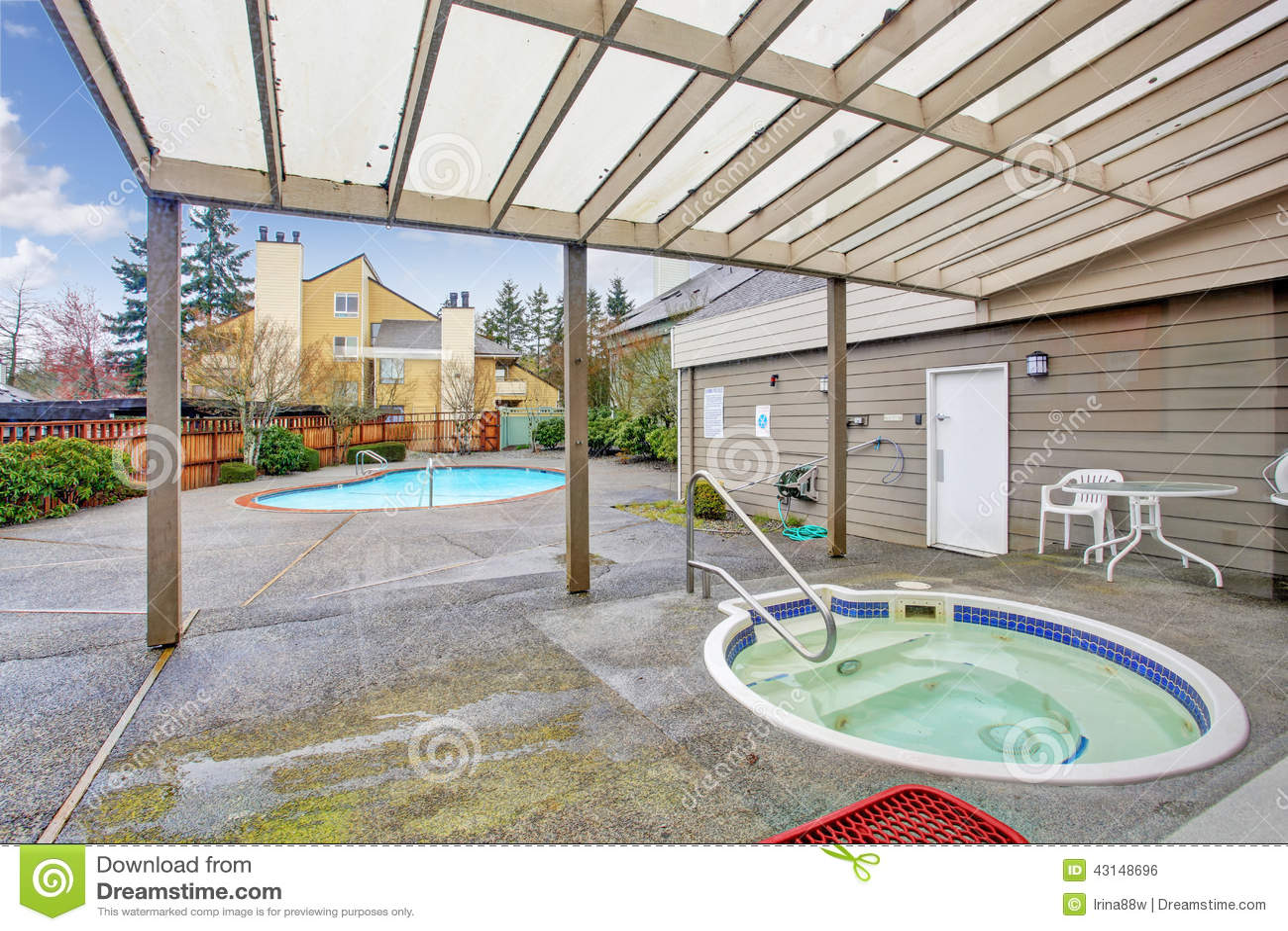 Quintal com piscina e jacuzzi foto de stock imagem 43148696 for Jacuzzi exterior pequeno