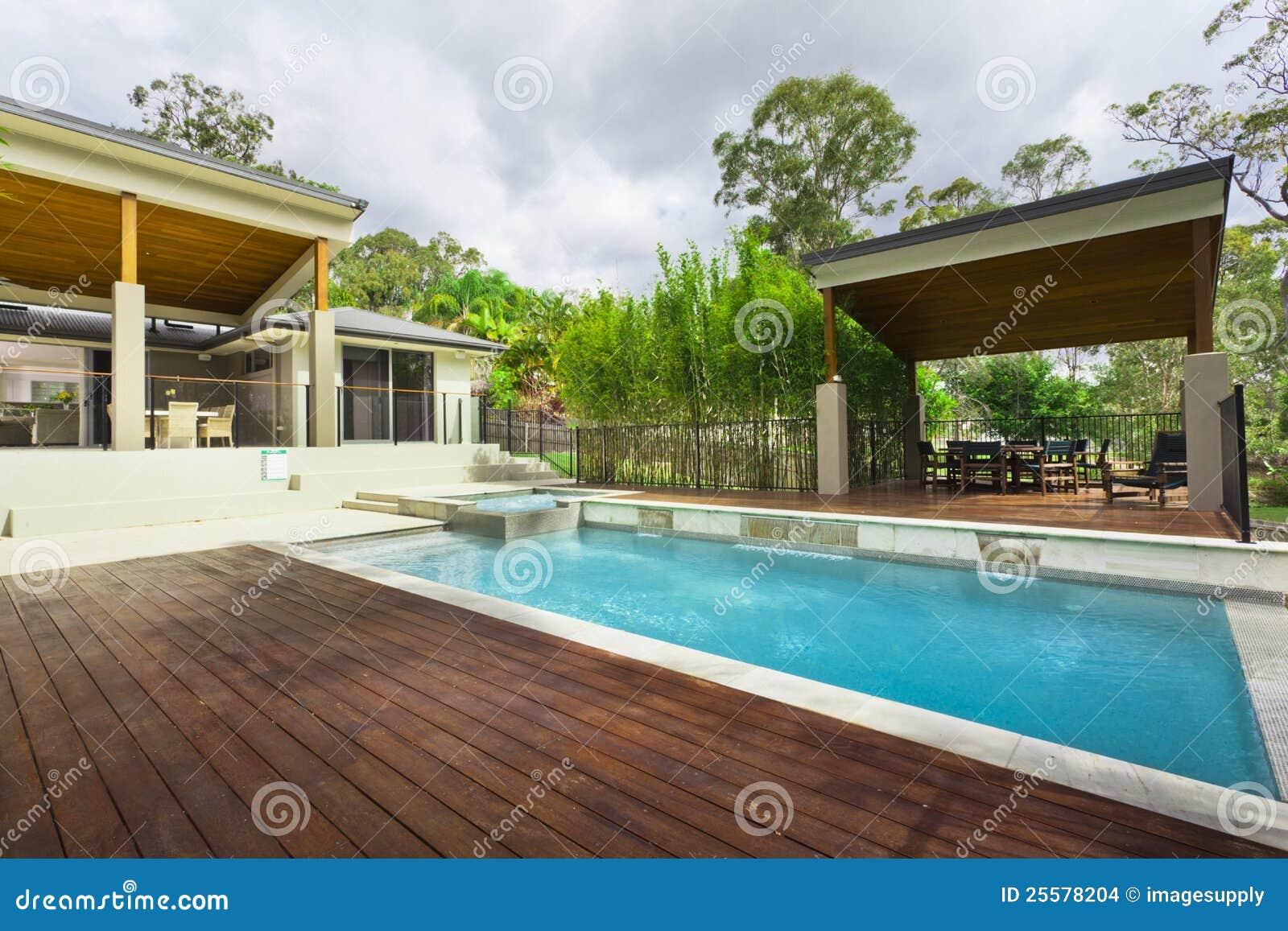 Quintal moderno com associa o imagens de stock imagem for Patios modernos con piscina