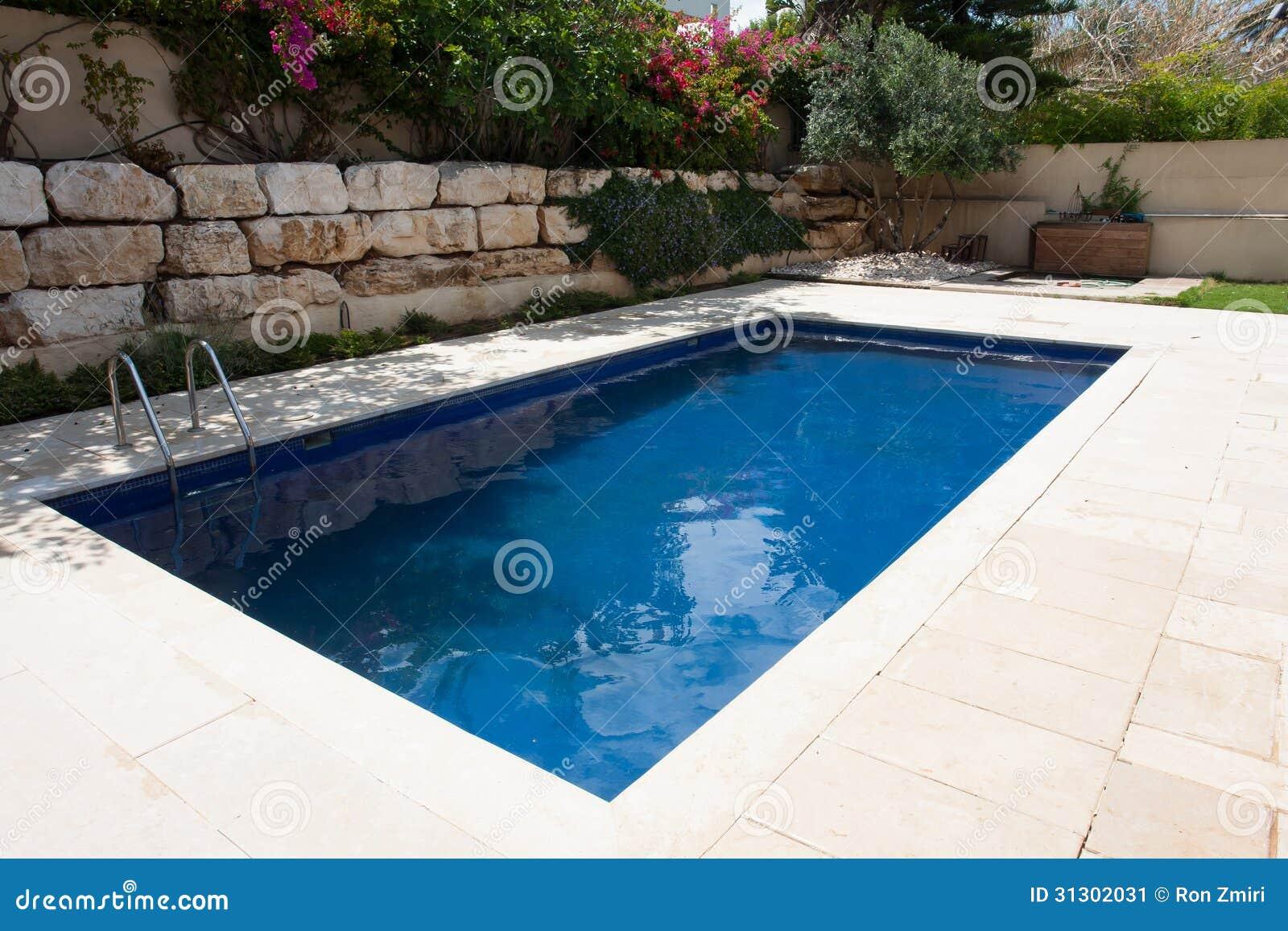 Quintal moderno com piscina imagem de stock imagem 31302031 for Piscina z