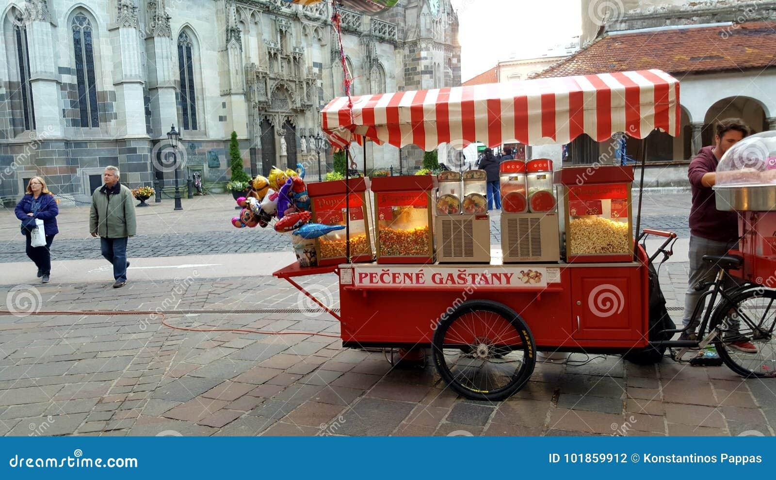 Quiosco del soporte de la palomitas de maíz en el centro de ciudad de Eslovaquia 14/10/2017 con peo