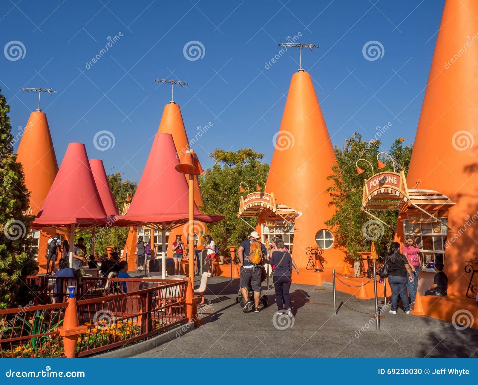 quioscos coloridos del cono en carsland parque de la aventura de