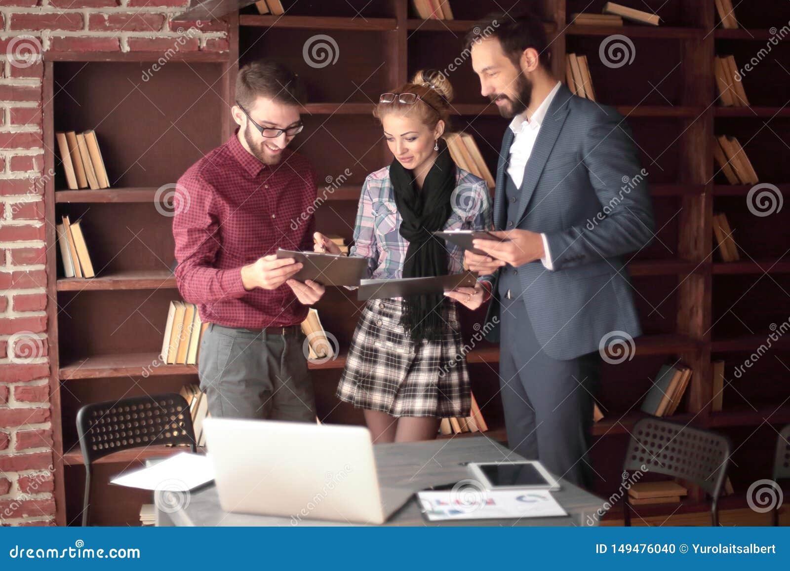 ?quipe cr?ative d affaires discutant des documents d entreprise dans le studio