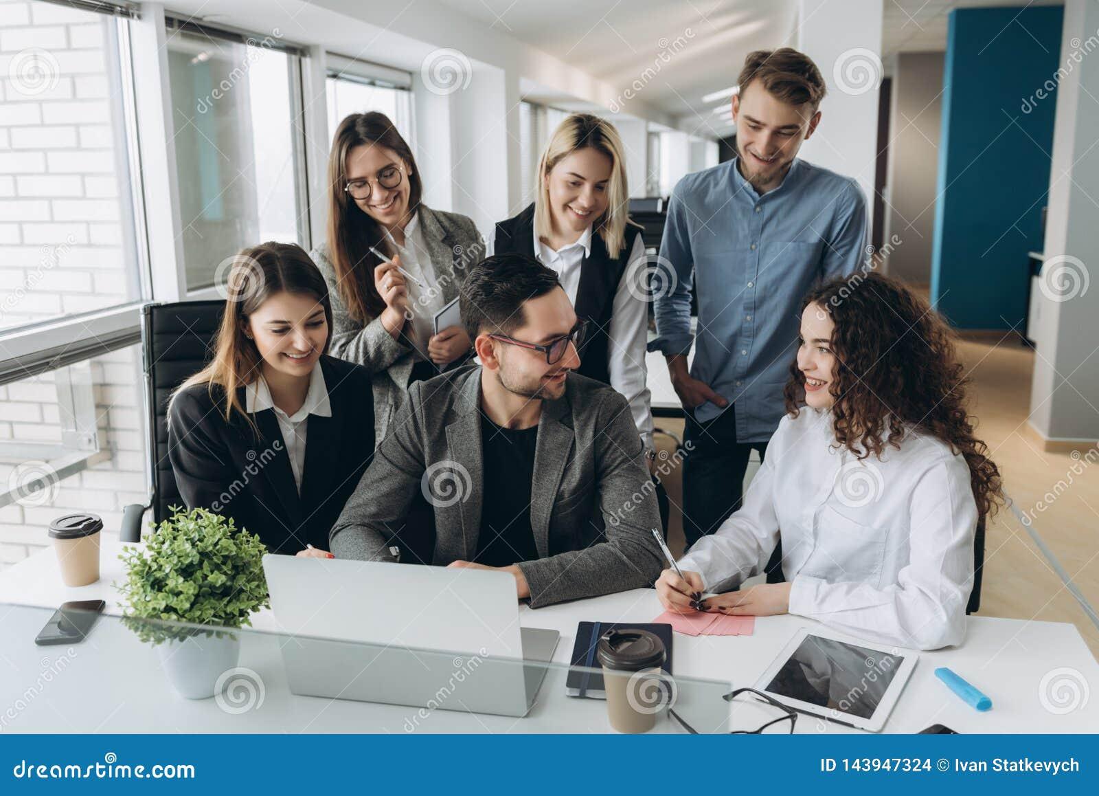 ?quipe r?ussie Groupe de gens d affaires travaillant et communiquant ensemble dans le bureau cr?atif