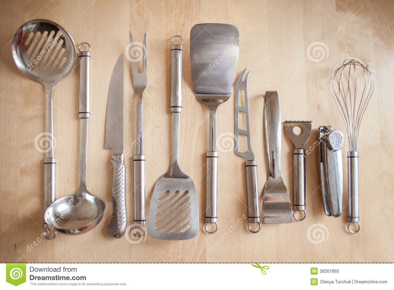 Quipement de cuisine sur la table photo stock image for Equipement de cuisine