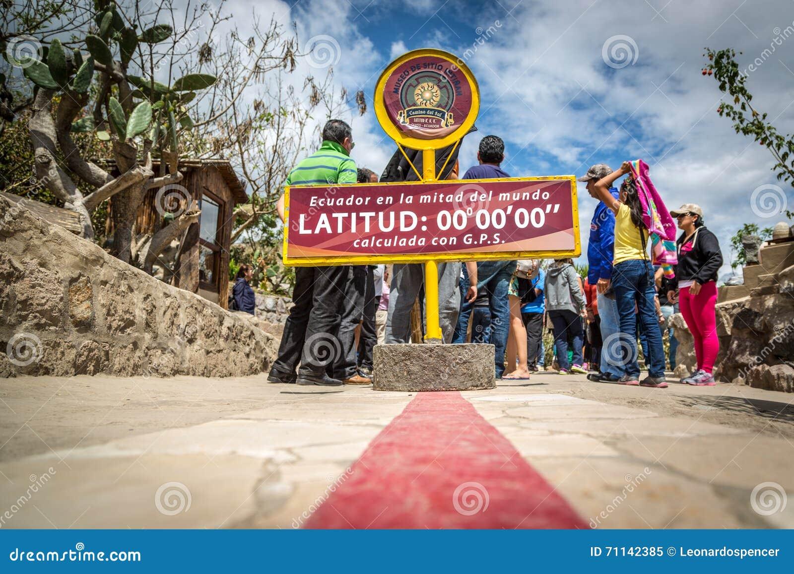 Quito, Ecuador - 15 Augustus 2015 - de beroemde lijn die van Ecuador de scheidslijn tussen het zuiden en de het noordenhemisfeer