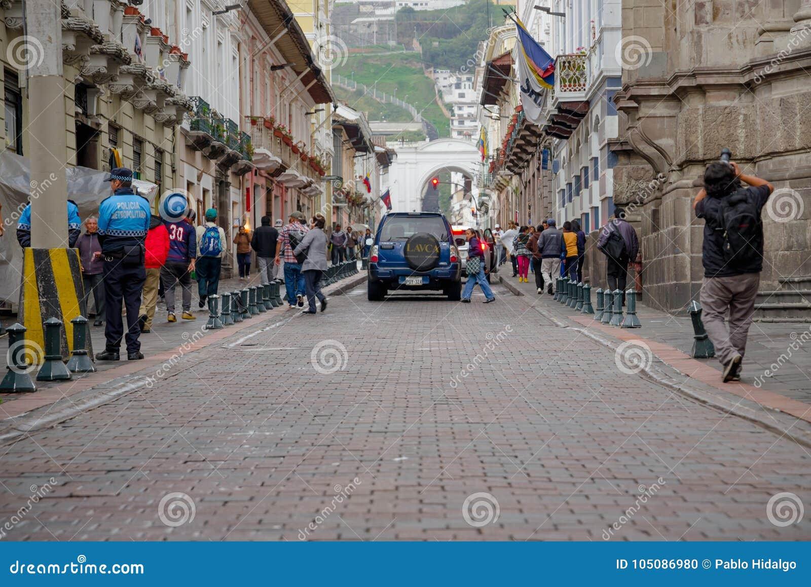 QUITO, ECUADOR NOVIEMBRE, 28, 2017: Gente no identificada que camina en el centro histórico de la ciudad vieja Quito en septentri